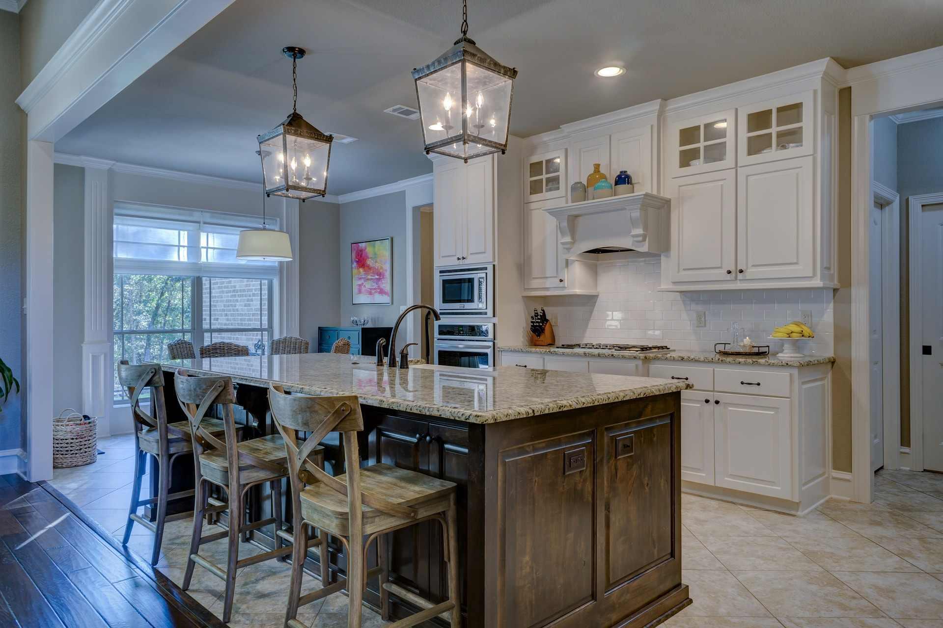 Jaka lampa sufitowa prawidłowo oświetli blaty w kuchni?