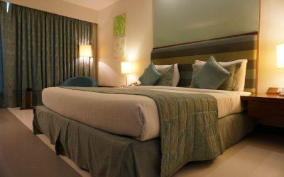 Abażur, klosz czy plafon – co na sufit w sypialni? Porównanie rozwiązań