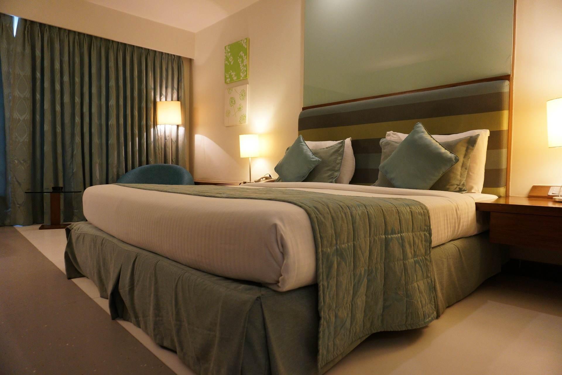 Abażur, klosz czy plafon - co na sufit w sypialni? Porównanie rozwiązań