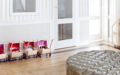 Żyrandol vs lampa ze szklanymi kloszami: co w pokoju dziecka oświetli sufit lepiej?