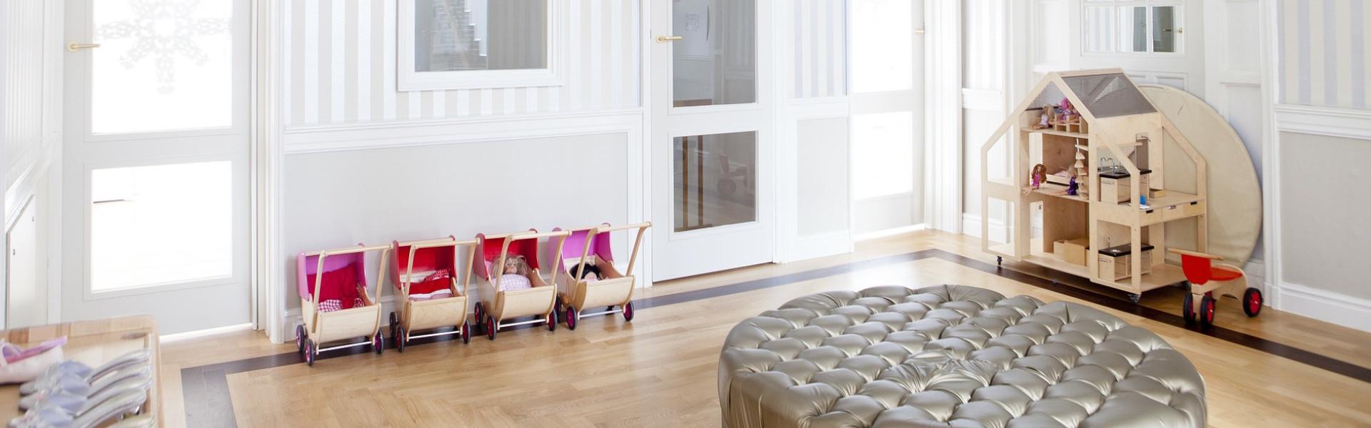 Które oświetlenie jest najlepsze do pokoju naszego dziecka? Żyrandol czy lampa ze szklanymi kloszami?