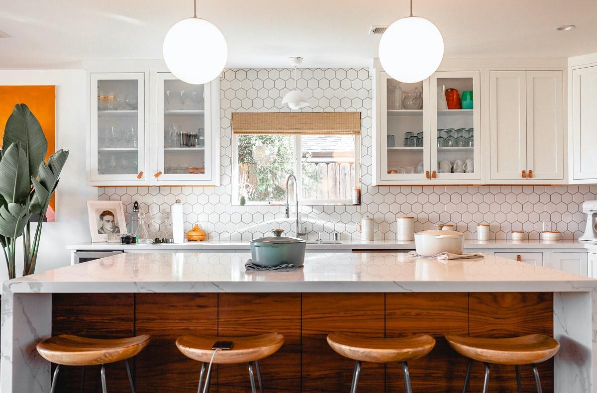 Kilka sprytnych pomysłów na oświetlenie kuchni z aneksem