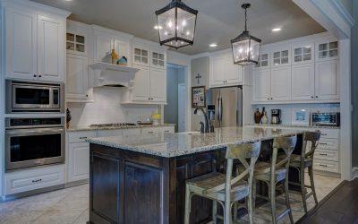 6 pomysłów na skuteczne oświetlenie ciemnej kuchni bez okien