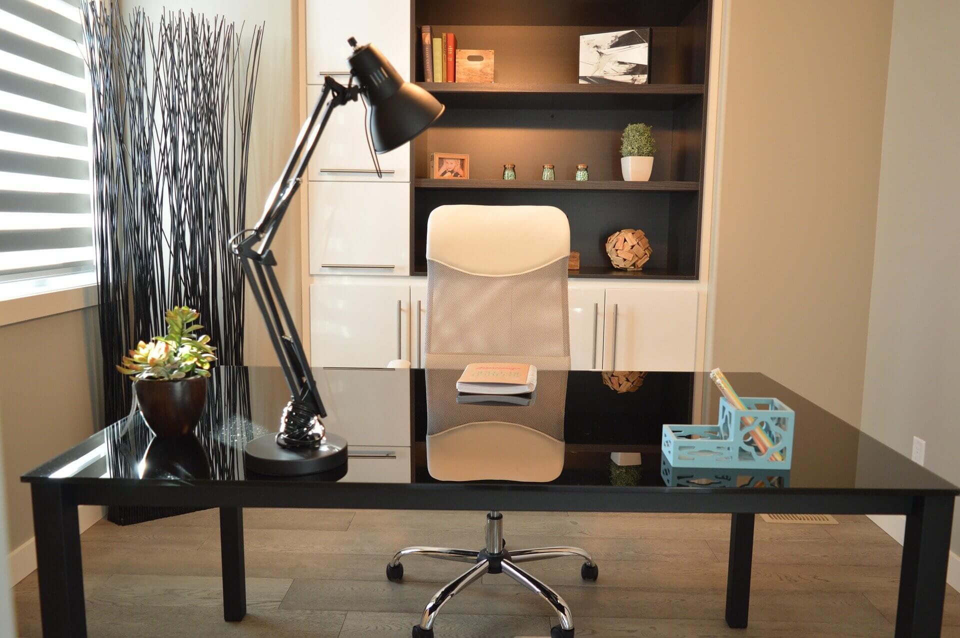Jakie oświetlenie będzie najlepsze do domowego biura? Krótki poradnik i przegląd inspiracji