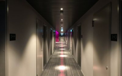 4 sposoby na oświetlenie ciemnego korytarza