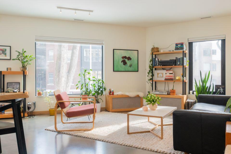 4 pomysły na oświetlenie salonu, dzięki którym wyróżnisz to pomieszczenie