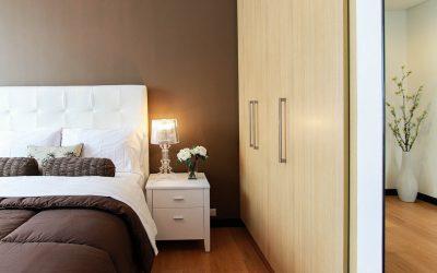 Jak oświetlić sypialnię lampami wiszącymi, aby stworzyć w niej nastrojowy klimat? Trendy na 2021 rok